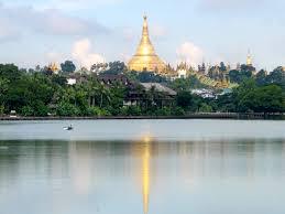 Shwedagon Pagode gezien vanuit Kandawgyi lake