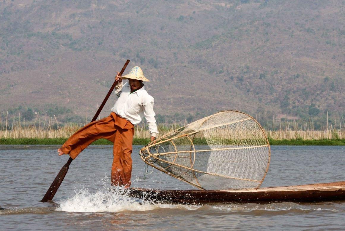vissen op het Inle-meer bezienswaardigheden Myanmar